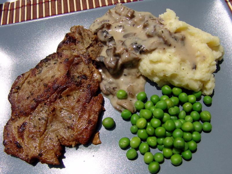 Pork chops with wine, mashed potatoes and mushroom sauce